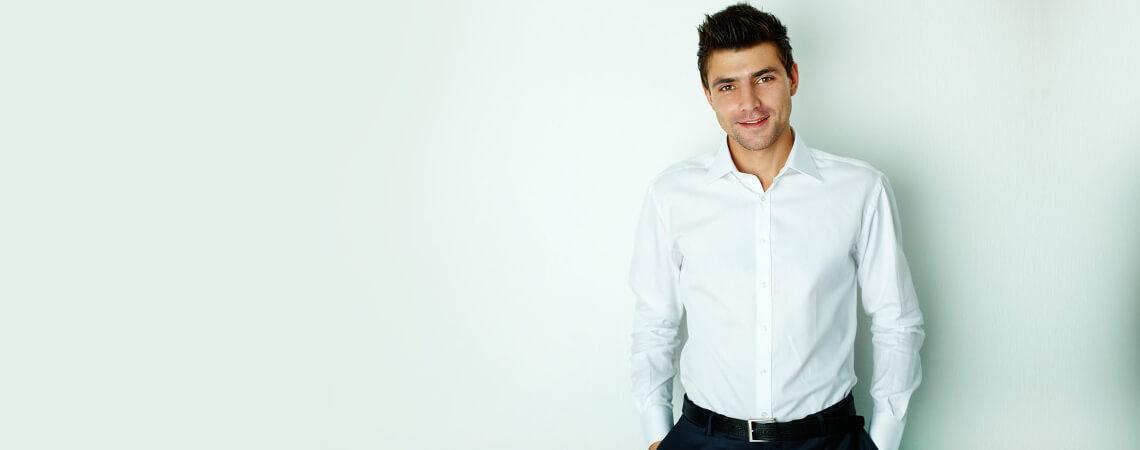 Webhosting Lexikon mit Business Mann im Hintergrund